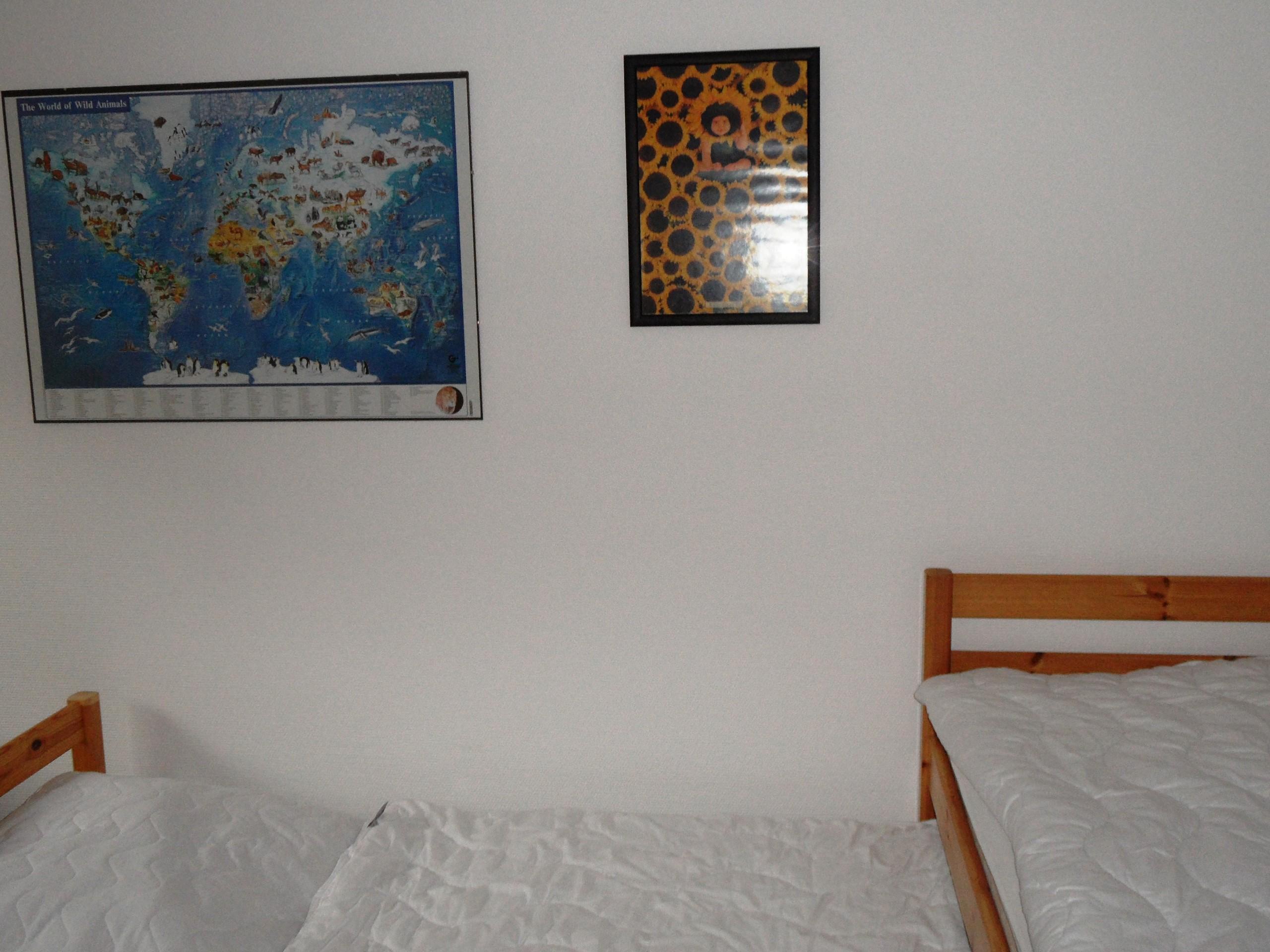 Separates Kinderzimmer mit zwei Einzelbetten
