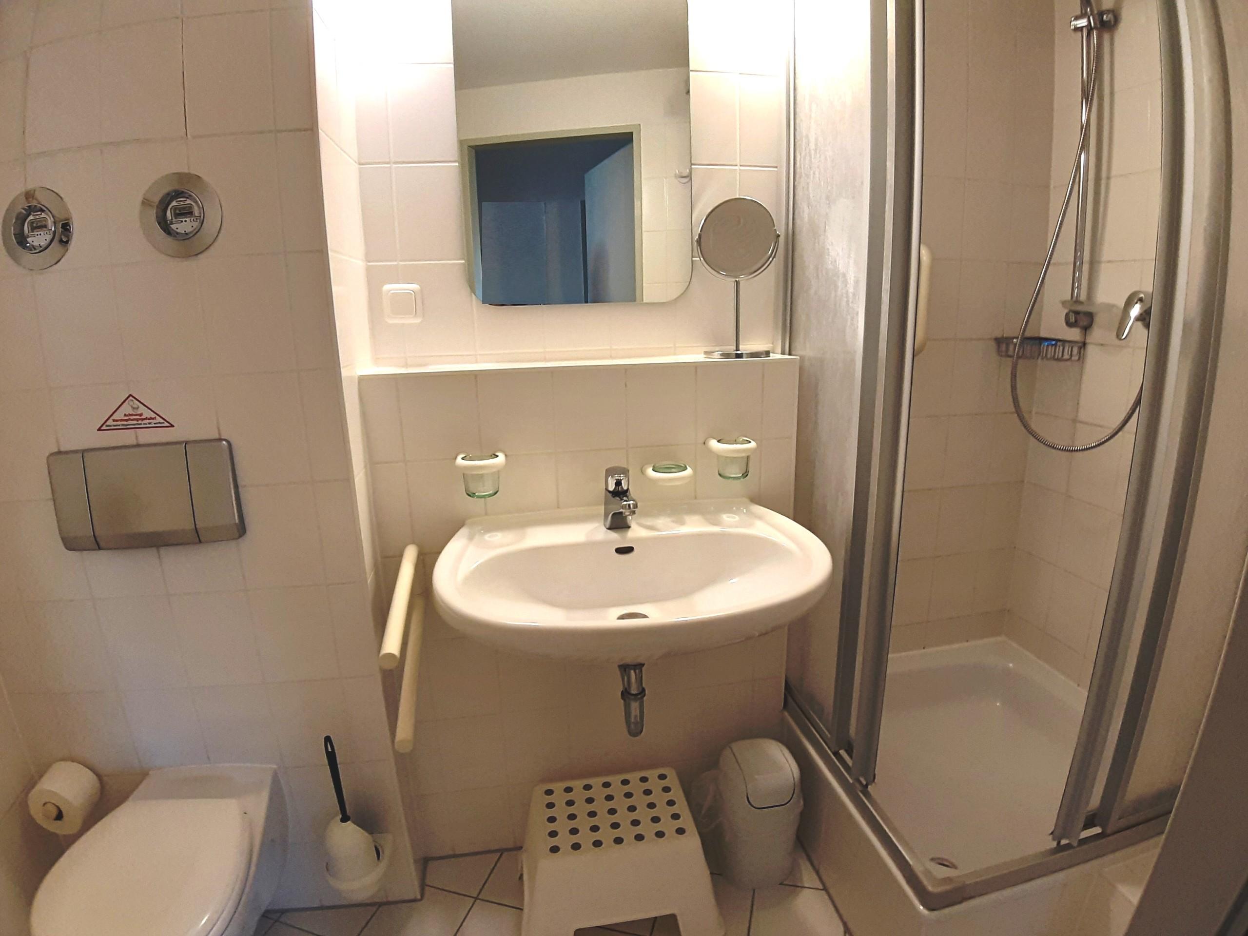 Sauberes und geräumiges Bad