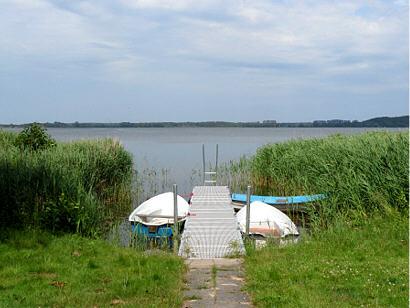 Steg mit Badeleiter und Ruderboot