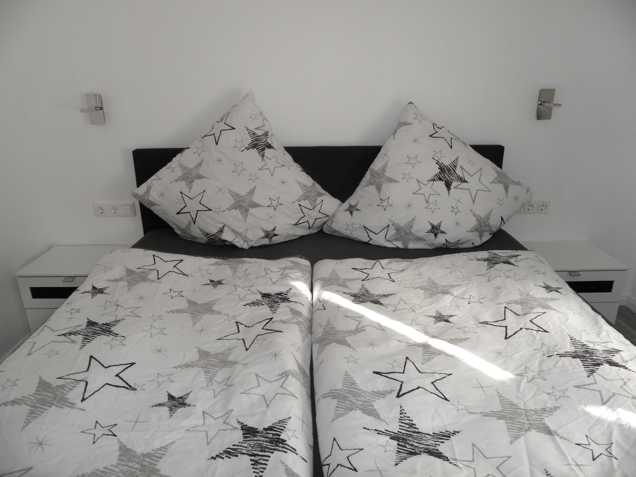 Schlafzimmer (Bett 180 x 200 cm) und TV