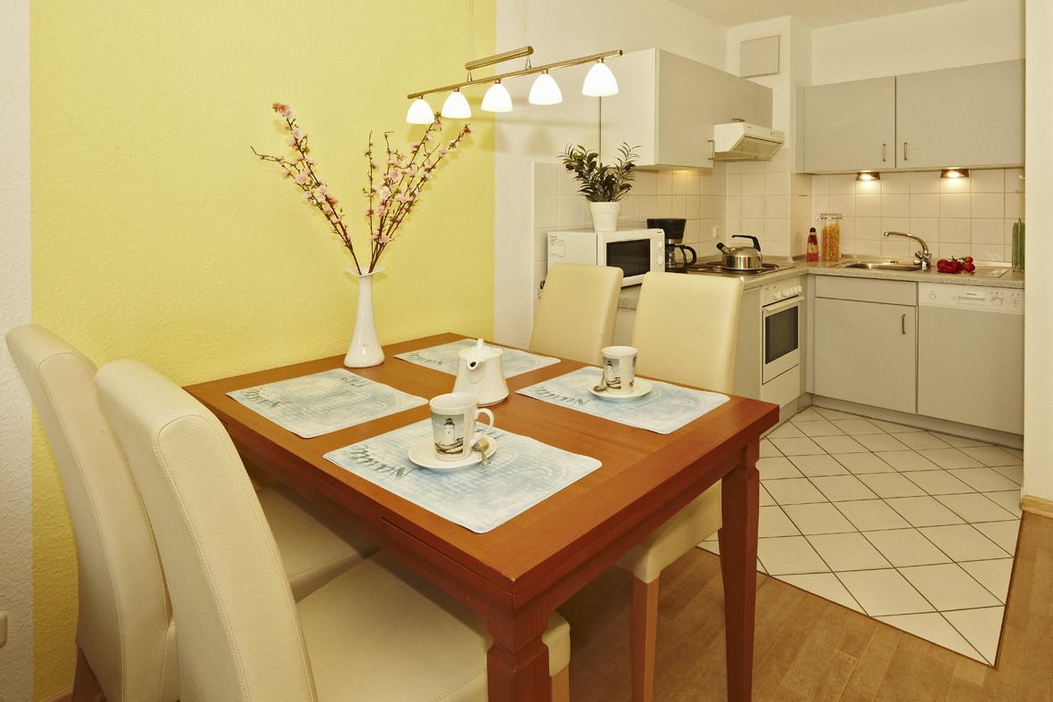 Blick zum Essplatz und Küche mit Geschirrspüler