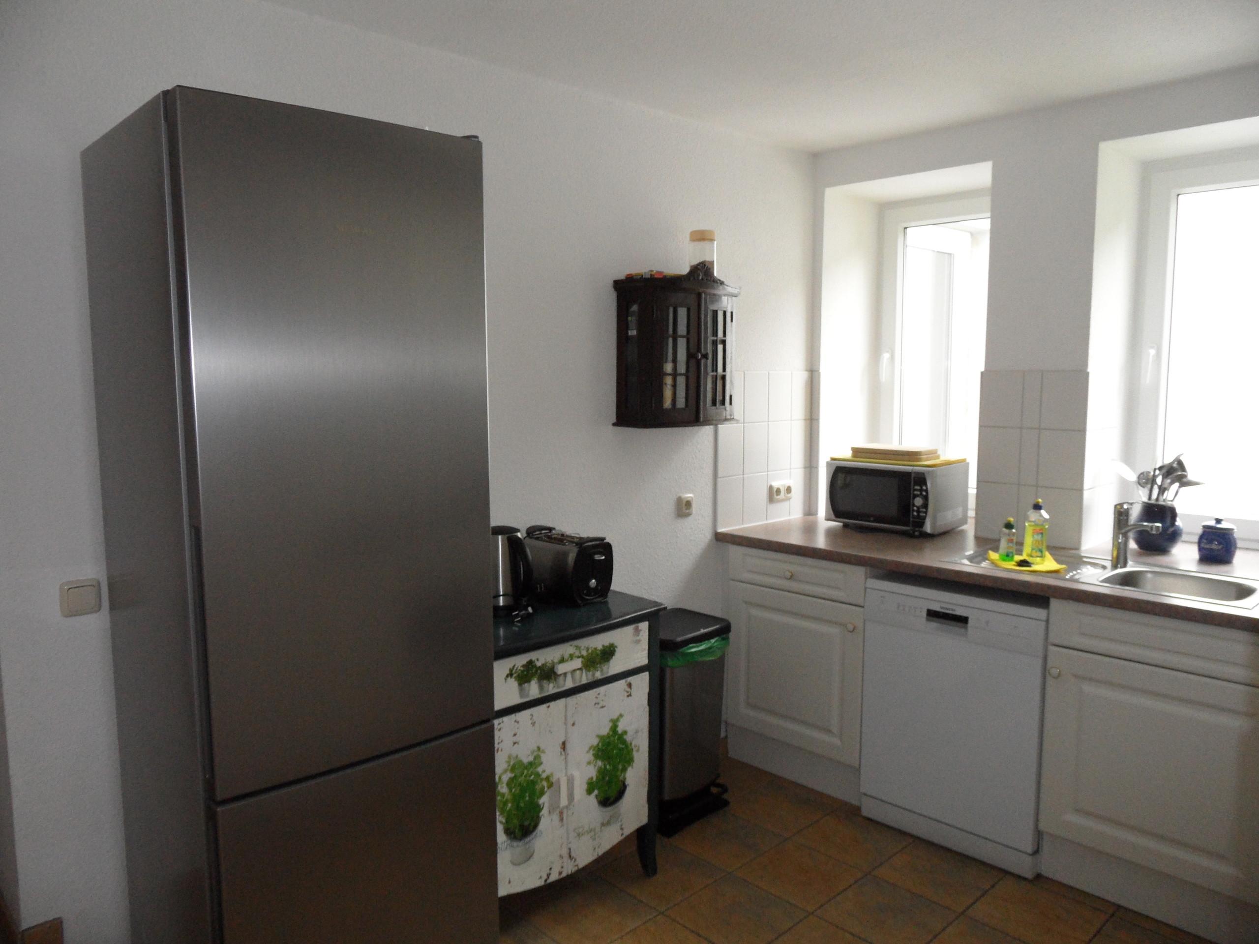 Küche inkl. großen Kühlschrank