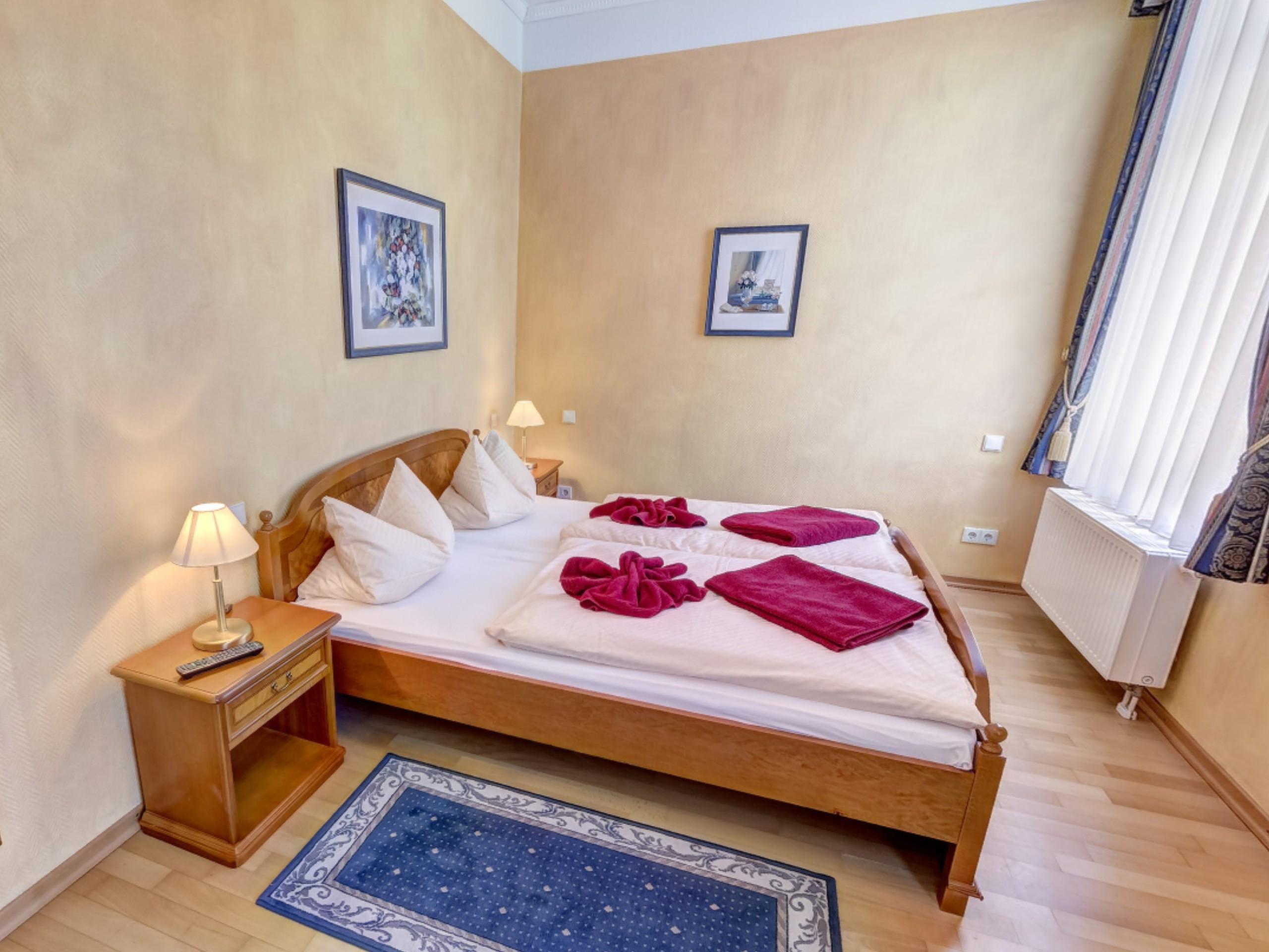 Schlafzimmer (Bett 180 x 200 cm)