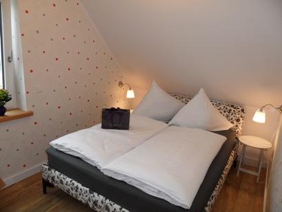 2. Schlafzimmer mit Bett 160 x 200 cm