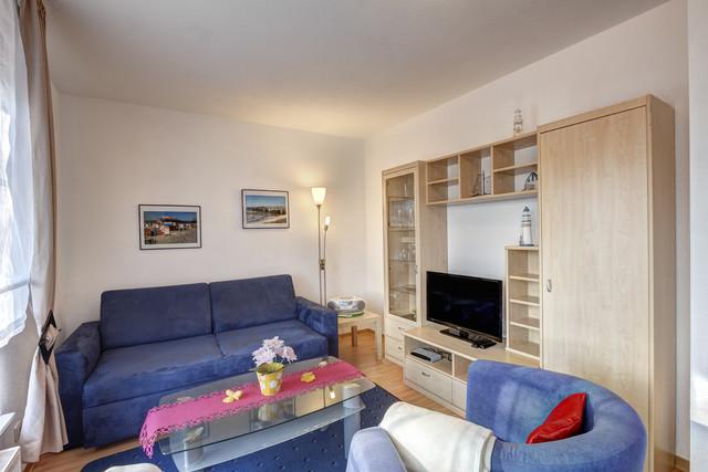 Geschmackvoll eingerichtetes Wohnzimmer mit Schlafcouch