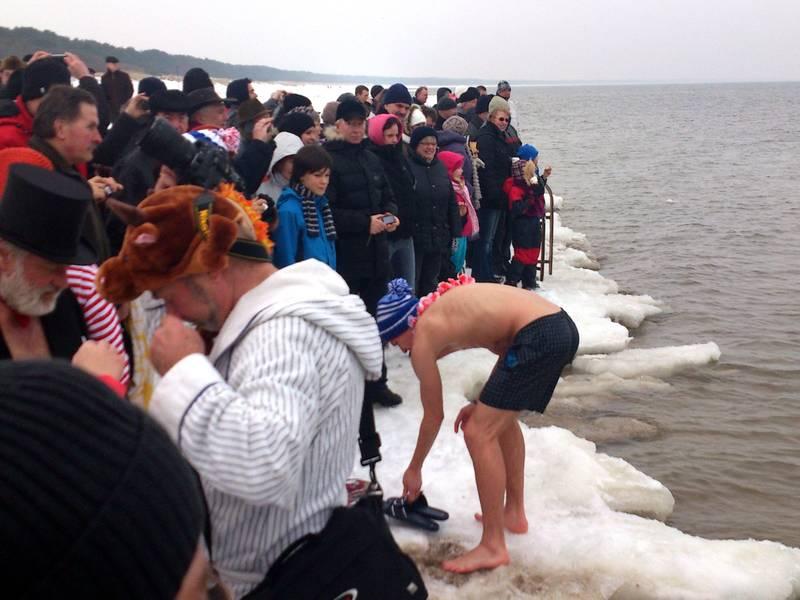 Wintervergnügen am verschneiten Strand